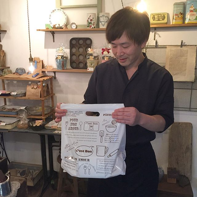 滑り込みセーフ 。  南大塚の名店 @patisserie.lange.2013 ルアンジュさんに来ました。 インスタで見たタルトショコラ、最後の一個をゲット。 念願のマコロールも買えた!