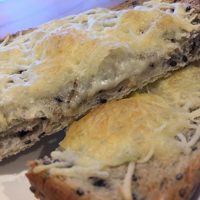 今日の賄い。  @coton.pan さんのゴマ角食。 チーズを乗せてカリカリに。
